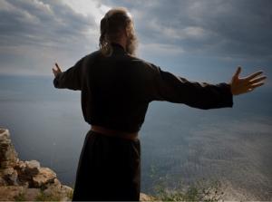 Danilo es un monje ortodoxo que hace 19 años abandonó su familia y trabajo en Serbia, y se instalo en la cuevas de Karoulia como un hermitaño radical. Lleva una vida ascetica dedicada a la oración. Se levanta a las tres de la mañana y durante horas r